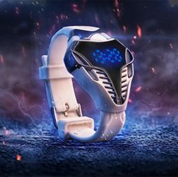 силиконовые спортивные часы белые Скидка Новые прибывают!! Силиконовые браслет электронные цифровые спортивные часы мужчины дети LED черный белый треугольник циферблат светодиодные водонепроницаемые наручные часы