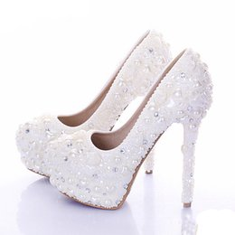2019 marfil zapatos de boda perlas diamantes Nuevos zapatos de boda de diamante Marfil de color Perla Zapatos de vestir nupciales Hermosos cristales Zapatos de fiesta de tacón alto Plataformas marfil zapatos de boda perlas diamantes baratos