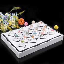 Bandejas de jóias de madeira on-line-Frete grátis por atacado, cor branca brincos de madeira caixa de jóias anéis de exibição Mostrar caso organizador bandeja caixa 18 Slots caixa de jóias