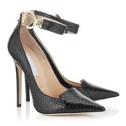 Sapatos de estilete de pele de cobra on-line-Sexy Snakeskin Mulheres Bombas Preto Sapatos de Vestido Saltos Finos Buck Strap Apontou Toe T Mostrar Bombas Sapatos Femininos Para Festa de Formatura