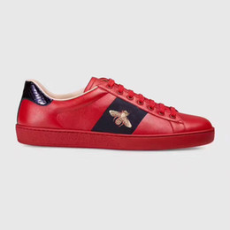 Top scarpe designer marche online-New Designer Low Top All Red Leather Bee Ricamo Scarpe Casual Fashion Luxury Black White Sneakers di marca per uomo donna