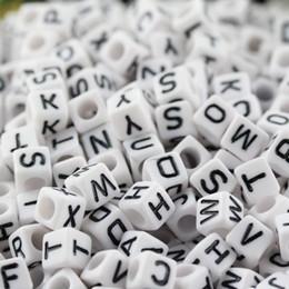 Lettres cubes en Ligne-1000 pcs Mixte Alphabet / Lettre Perles Cube Acrylique 6x6 mm blanc avec lettres noires livraison gratuite