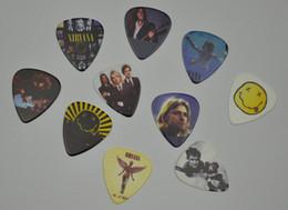 100 шт. рок-группа Nirvana средний 0.71 мм 2 стороны печати гитара выбирает Плектры от Поставщики большая пластиковая оболочка