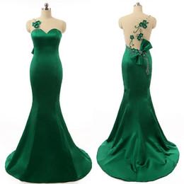 Rebordear vestido de fiesta verde esmeralda online-Impresionantes vestidos de noche verde esmeralda Sheer joya cuello sin mangas de sirena vestido de fiesta rebordear flores hechas a mano vestido formal con lazo
