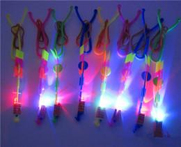 tir à lame en gros Promotion Flash jouets LED Spin LED bâtons Led baguette nouveauté Enfants Jouets Incroyable LED Flèche Volante Hélicoptère Slingshot Fête D'anniversaire Fournitures Cadeau D'enfant
