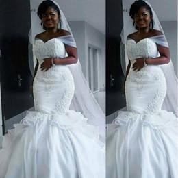 vestiti da cerimonia nuziale del treno dei cristalli del organza Sconti 2018 Nigerian Mermaid Abiti da sposa fuori dalla spalla Sweep Train Tired Organza Ruffle di cristallo Ruching Plus Size Abiti da sposa