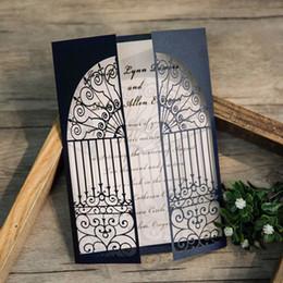 Invitaciones de boda de lujo online-Elegantes invitaciones de boda azul marino puerta doblada corte láser hueco papel de la boda tarjeta fabricante tamaño personalizado