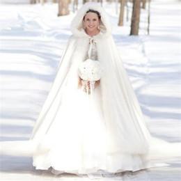 matrimonio invernale cappotti nuziali Sconti 2018 Warm Bridal Cape Winter Fur Women Jacket da sposa lunghezza del pavimento di Natale Mantella lungo cappotto da sposa