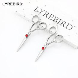 Peluqueria roja online-Lyrebird HIGH CLASS Tijeras para el cabello 440C Tijeras de pelo de Japón 4.5 PULGADAS o 5 PULGADAS Piedra roja grande de buena calidad NUEVO