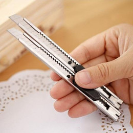 Cuchillos online-Venta caliente de acero inoxidable cuchillo de metal utilidad cuchillo trompeta papel pintado cuchillo hecho a mano papelería de oficina Suministros de Corte