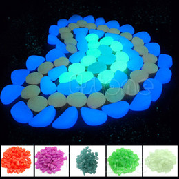 Bagliori di ciottoli scuri online-Garden Ornaments 100pcs Glow In The Dark Ciottoli luminosi Stones Fish Tank Aquarium Party Event Supplies Decor
