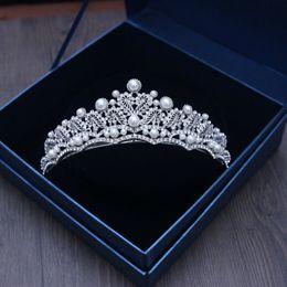Corona de pelo de lujo online-Lujo cristales de plata coronas de boda perlas Shinning nupcial Tiaras Rhinestone piezas principales diadema baratos accesorios para el cabello Pageant Crown