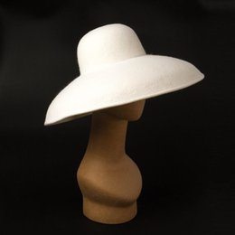 Cappello bianco bordo floppy online-2020 Best Classical Big Wide Brim Lady Floppy Bowler Bianco Fedora Cappello Donne Inverno Cappello caldo Derby Church Party Dress Cappello