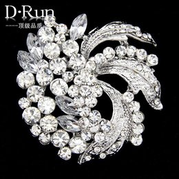 Wholesale Brass Spots - 2016 New Hot high-grade zinc alloy white rhinestone brooch brooch wholesale spot holding flowers accessories production
