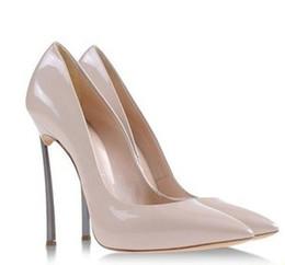 2016 Kim Kardashian Metal Blade Tacones altos Bombas de punta estrecha de cuero genuino Zapatos de boda de marca para mujer, caja de paquete original, Tamaño de la UE 34-43 desde fabricantes