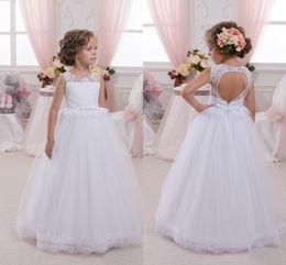 2019 matrimonio battesimo 2018 White Flower Flower 'Dress Sheer girocollo in pizzo Top battesimo abito da sposa partito con cintura aperto indietro abiti prima comunione matrimonio battesimo economici