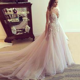 Vestido de novia bajo la correa online-Gorgeous una línea de vestidos de novia de bajo atractivo V-cuello de la ilusión de la correa del vestido nupcial del ojo de la cerradura Volver Apliques Diseño Tren largo