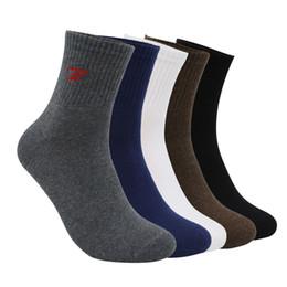 Calcetines invierno calidad hombre online-Al por mayor-Alta calidad del otoño invierno calcetines de algodón caliente marca para hombres negro calcetines altos calcetines casuales blancos masculinos 5 par / lote