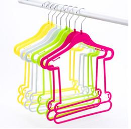 Calças penduradas on-line-Venda quente de plástico cabides para roupas crianças crianças roupas Pegs Swimwear calças calças de secagem de roupa cremalheira do bebê