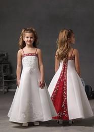 2019 маленькие девочки красные платья невесты Сексуальная спагетти ремни младший невесты Платья вышивка лиф redwhite атласный цветок девушки платья кнопки Назад маленькие девочки платья партии скидка маленькие девочки красные платья невесты