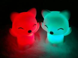 Ночная лиса онлайн-Цветастая маленькая игрушка Fox Night Light AG13 батарея батареи СИД шарик RGB освещая материал ЕВА