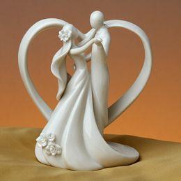 Topper Ywbeyond in ceramica bianca per torta nuziale di Dancing Bride and Groom with Heart Couple Figurine Wedding Table Decoration Commercio all'ingrosso 10 pezzi da