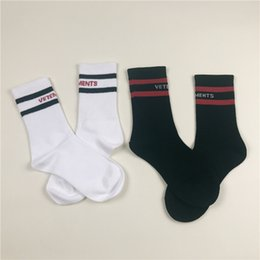 Wholesale Mens Chiffon - Wholesale 2017 Vetements Men Women Striped Socks Hiphop Striped Long Socks Mens Black White 2 Color Vetements Socks