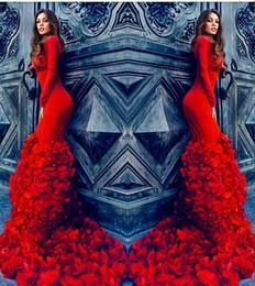 Encaixe vermelho montagem vestidos on-line-Incrível Pétalas Vermelhas Trailing Vestidos de Noite 2016 Tripulação Manga Longa Slim Fit Vestidos de Baile Lace Up Voltar Sweep Train Celebridade Formal Vestidos