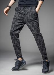 мужские стильные тонкие длинные брюки Скидка Карандаш брюки камуфляж брюки мужчины корейский гарем брюки днища спортивный стиль камуфляж шаблон полная длина Slim Fit человек длинные брюки M 5XL свободный корабль