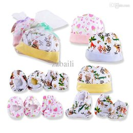 Wholesale hat gloves mittens - Wholesale-Hot Newborn Infant Baby Cotton Gloves Four Seasons Fit 0-6M Baby Mittens Hat Set With Fingers and Foot to Prevent Scratching