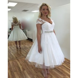 2019 vestido de casamento de praia curto sexy branco Laço branco sexy chá comprimento vestido de noiva cap manga v neck praia vestidos de noiva frisado barato plus size vestido de noiva curto vestidos de noiva vestido de casamento de praia curto sexy branco barato