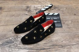 Wholesale Men S Pointed Shoes - 2017 New style European low tide embroidered bee loafers scrub for casual shoes stylist single shoes Men 's Flats Party Wedding Shoes M53