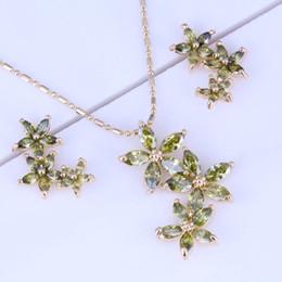 Великолепный зеленый перидот цветок кластера 18k желтое покрытие ожерелье / кулон / серьги ювелирные наборы бесплатный подарок мешок X0176 от