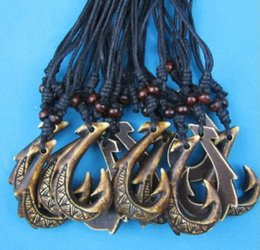 Ganchos de cable online-Venta al por mayor lotes 12 unids Faux Yak Bone Carving Marrón oscuro Maori Matau Fish Hook colgante ajustable Lucky Cord collar de regalo