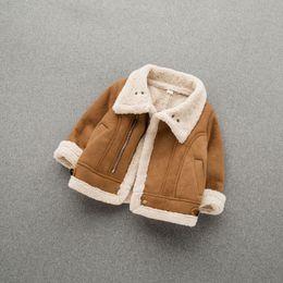 Moda Bebek Kız Kış Ceket Aşağı çevirin Yaka Sıcak Bebek Giyim Süet Kumaş Kuzu Yün Bebek Coat 17110102 nereden basılı kimono ceket tedarikçiler