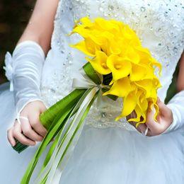 Оптовая белый цвет цветы Калла Лилия свадебный свадебный букет латекс настоящее сенсорный цветок букет cheap real touch flowers wholesale от Поставщики настоящие цветы касания оптом