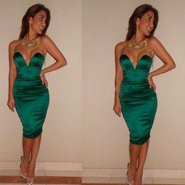 Sexy vestido corto azul oscuro online-2019 hasta la rodilla Vestidos de cóctel azul oscuro Homecoming Sexy sin respaldo Satin Sheath Fiesta corta Vestidos de Fiesta Nueva llegada