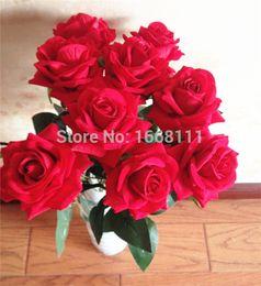 Красные розы искусственные цветы стебель онлайн-Оптовая искусственный Красный бархат розы цветок напольные один стебель розы цветы для свадьбы главная партия цветочные Decoraion