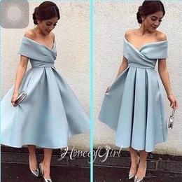 Vestito di lunghezza di tè del cielo blu online-Romantico Off spalla corto Homecoming Dress Prom Dresses Floreale Satin Tea Lunghezza Sky Blue 2018 Vestito da laurea Vestito da cocktail party