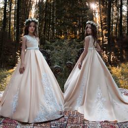 Juwel Satin Champagner Applikationen Spitze Sweep Zug Bogen Knöpfe Schöne elegante Hochzeit Blumenmädchenkleider Formal von Fabrikanten