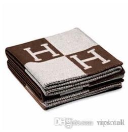 2020 cobertores grandes Assinatura H Lance Cobertor Casa de Viagem Outono Inverno Mulheres Cachecol Xale Cobertores Diários Quentes Grande 160 * 140 cm Marrom / Preto / Laranja Presente cobertores grandes barato