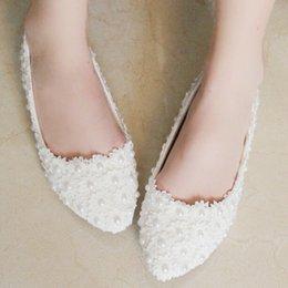 Canada Livraison gratuite 2015 nouveau fait main perles blanches douces chaussures de mariage chaussures de mariée chaussures bout pointu dentelle rouge talons hauts sexy femmes chaussures plates supplier women bridal flats Offre