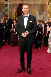 Oscar fatos homens on-line-Oscar Jason Segel Noivo Smoking Padrinhos Notch Cetim Lapela Melhor Homem Terno / Noivo / Casamento / Prom / Jantar Ternos (Jacket + Pants + Tie)
