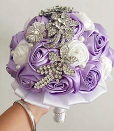 Wholesale Красивые белые и фиолетовые букеты для невесты с хрустальным жемчугом ручной работы из хрусталя Романтические свадебные цветы с лентой Дешевые свадебные сувениры