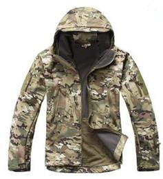 Abrigo de camuflaje impermeable online-Soft Shell V4 Chaqueta táctica militar Hombres impermeable a prueba de viento cálido abrigo de camuflaje con capucha Camo Army ropa