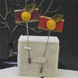 precio barato flor de lujo broche de solapa alfileres de boutonniere hecho a mano con bola dorada y hoja de bronce y cremallera para caballero traje desde fabricantes