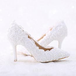 Mulheres sapatos de dança branca on-line-Apontou Toe Branco Laço e Pérola Sapatos De Casamento De Noiva Mulheres Salto Fino Sapatos de Dança Confortáveis Bombas de Festa de Aniversário Artesanal