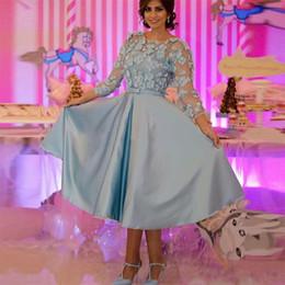 Vestito di lunghezza di tè del cielo blu online-2020 Sky Nuovo poco costoso arabo blu Breve Prom Dresses Jewel Collo Appliques del merletto 3D tea-lunghezza maniche Party Dress abiti di sera convenzionali