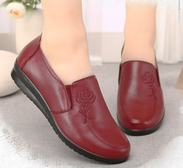 Wholesale black work flats - New fashion women Casual mother shoes flats Skid shoe bottom work shoes free shipping Little bee PU leather shoes model A51-57