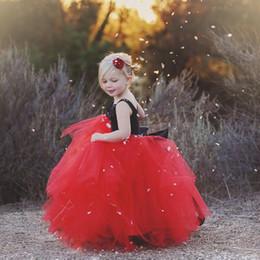 Vestido de fiesta negro con flores rojas